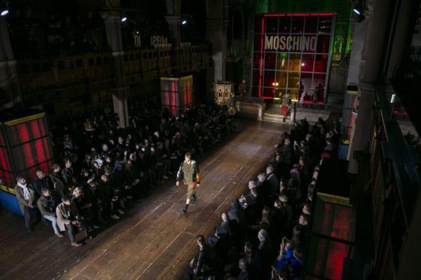 Moschino suit la tendance du See Now Buy Now avec un nombre de pièces disponibles en ligne et en boutique dès la fin du show.