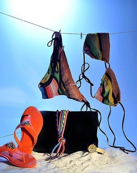 Bikini réversible, Missoni, 5 200 DH. Tongs Versace, 3 300 DH, et pochette, Dsquared2, 5 900 DH, chez Chic Avenue. Montre, C-Brain chez Hey Boutique Café, 4 300 DH.