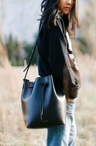 Le bucket bag de Mansur Gabriel en mode street style.