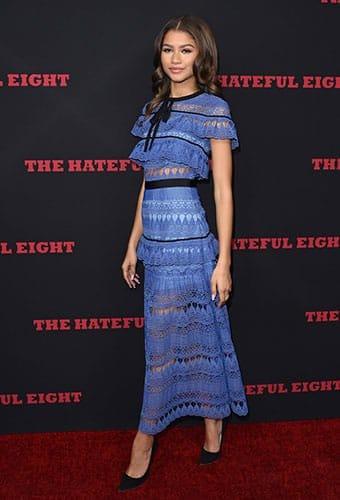 Zendaya arbore une robe à volants Self Portrait pour la première du film «Les Huit salopards» en 2015.