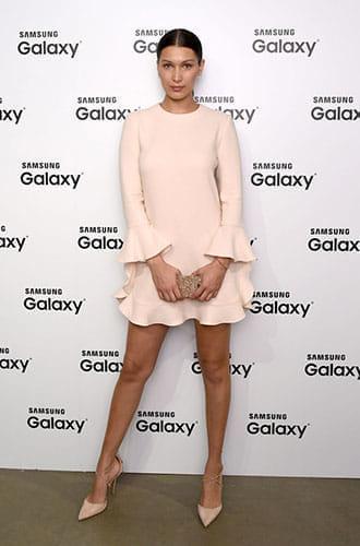 Bella Hadid porte une robe à volants lors d'un événement Samsung en 2015.
