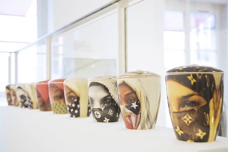 De droite à gauche : les jarres en céramique « Saida », « Peace », « Eyes on me », « Winking». Diamètre : 15 cm. Hauteur : 17 cm.
