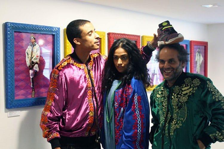 De gauche à droite : tous vêtus des blousons en soie Gnawa Bombs, le styliste Amine Bendriouich, la rappeuse Alo Wala et l'artiste et photographe Hassan Hajjaj chez Colette, le 4 juillet 2016.