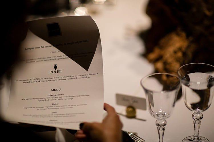Une invité découvre le menu de la soirée.