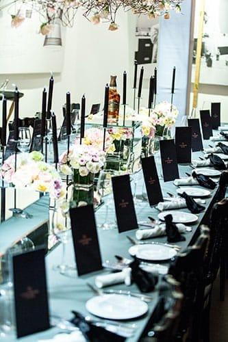 Table dressée à la manière d'un banquet.