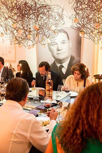 Les invités découvrent les plats du chef Antoine Perray.